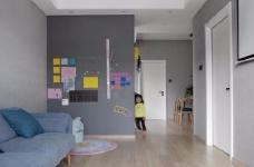 有光的清晨照進客廳真的很美,整體以灰為主的色調搭配淺藍色布藝沙發,構造溫馨的家庭空間圖_4