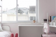 有光的清晨照進客廳真的很美,整體以灰為主的色調搭配淺藍色布藝沙發,構造溫馨的家庭空間圖_12