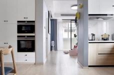 有光的清晨照進客廳真的很美,整體以灰為主的色調搭配淺藍色布藝沙發,構造溫馨的家庭空間圖_5