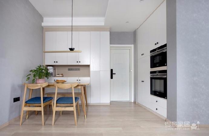 有光的清晨照進客廳真的很美,整體以灰為主的色調搭配淺藍色布藝沙發,構造溫馨的家庭空間圖_7