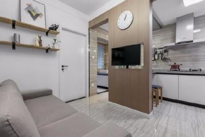 这套房子的总面积是52平米,房子虽不大,简约的设计,缤纷的色彩,既满足了年轻人对简约品质生活的追求,又不失生活本该有的色彩