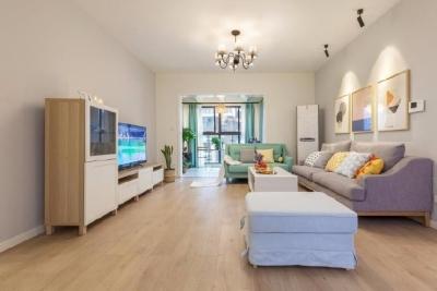 整体空间以浅灰为主调,无吊顶设计,让空间不压抑,家具布置让动线顺畅