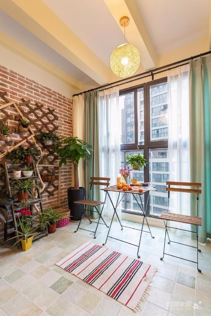 整體空間以淺灰為主調,無吊頂設計,讓空間不壓抑,家具布置讓動線順暢