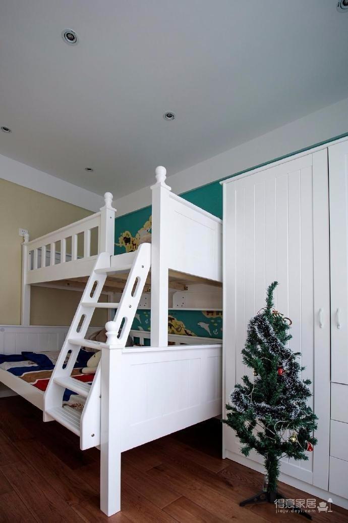 整體風格現代混搭,色調以灰色系墻面搭配木色家具,元戶型空間不大,所以再硬裝上沒有做繁雜的造型,以家具軟裝搭配為主