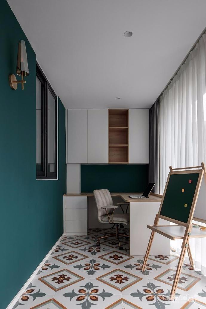 牛油果綠、胭脂粉、冰川灰、摩洛哥藍、墨綠、柿色以及少量的金屬、玻璃在空間中進行穿插,制造出女屋主想要的復古摩登獨立空間