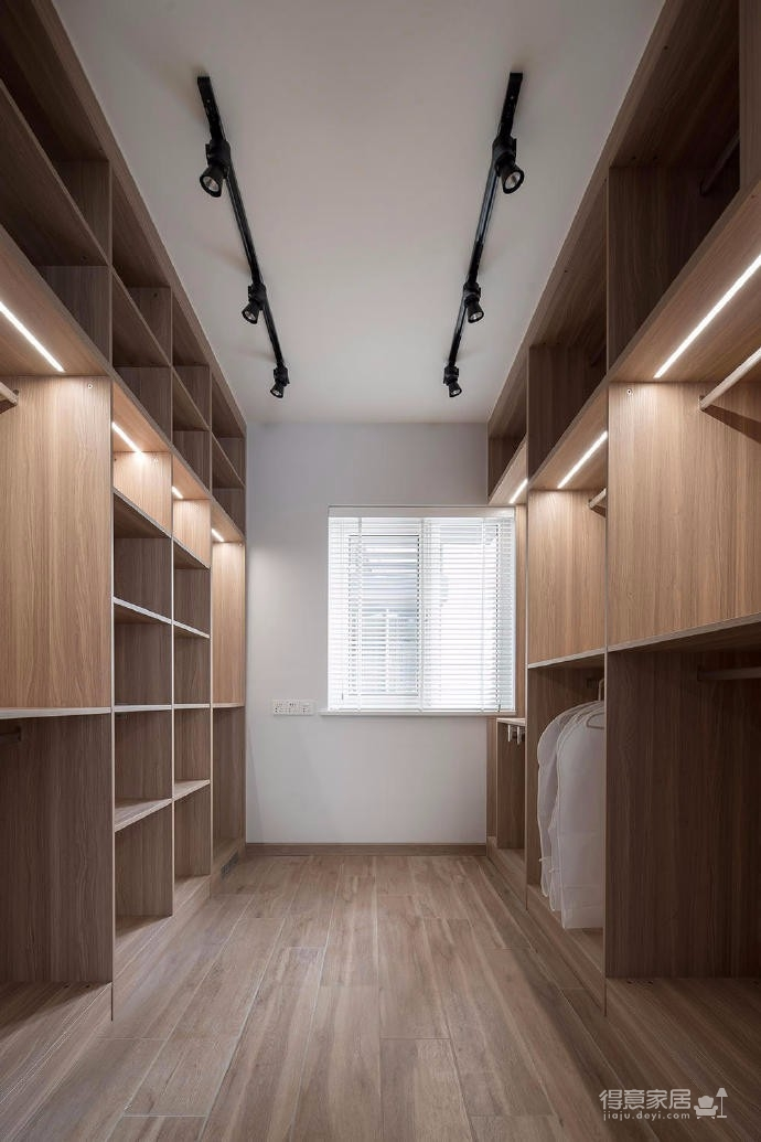 整體空間色彩選擇木紋、灰色調為主,簡潔大方,而不簡單