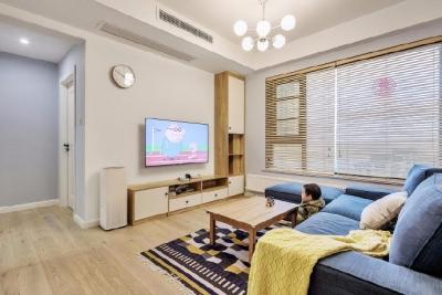 这是一套简单而实用的木质之家,设计师抛去一切的设计手法,让家回归到最简单的状态。回归家的本质