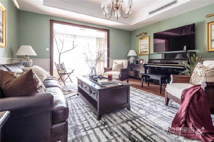 整体色调以三种中等到较深的木色作为底色,沉稳但不死板。墙面用了淡绿、淡米色两种纹样的刷漆海吉布,软装饰品以白色、米色、黄铜和各类玻璃光泽作为点缀。