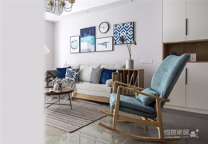 本案是北欧与日式的一个平衡,通过大面积灰、白、原木色的空间营造,搭配靛蓝色软装布艺,使两种风格相互穿插,相互碰撞