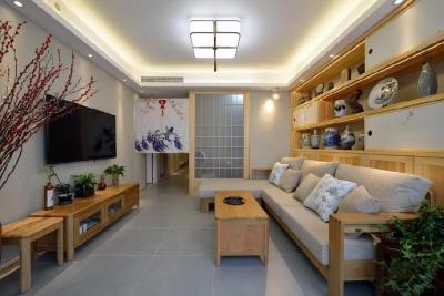 空间采用纯正的日式风格,以原木色为整体格调,墙面配以米色硅藻泥赋予整个空间的以灵动感