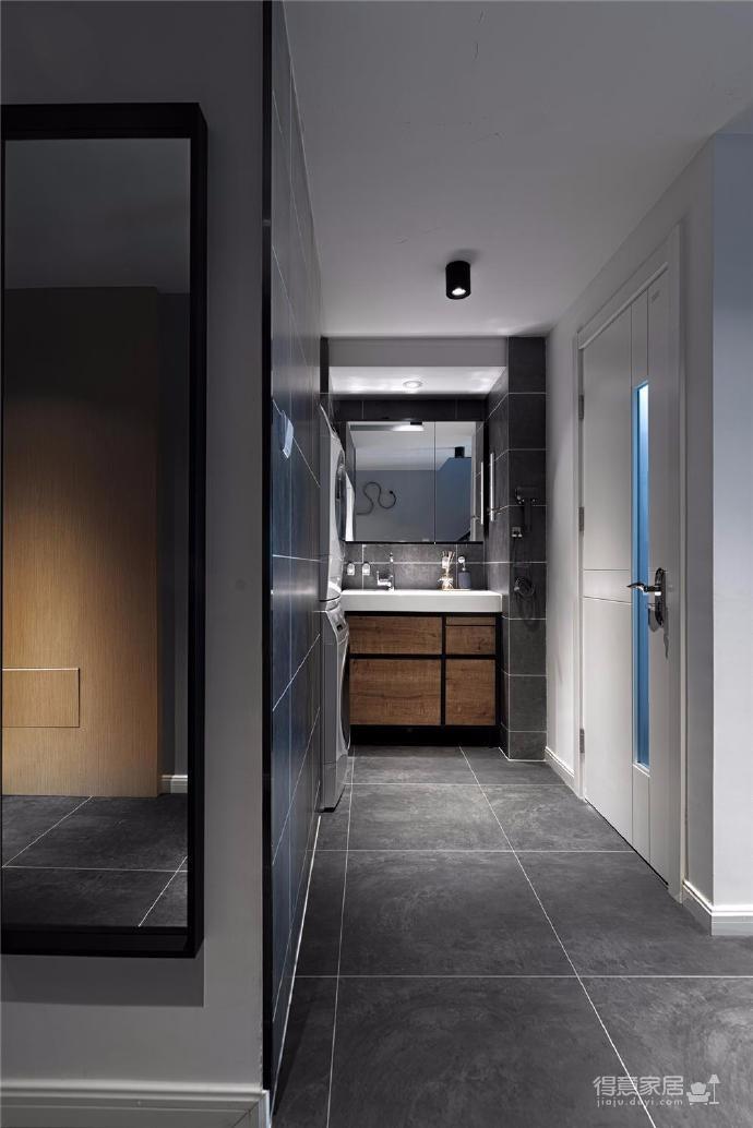 家里整体色调是黑白+木色,既有质感,又不失温馨。