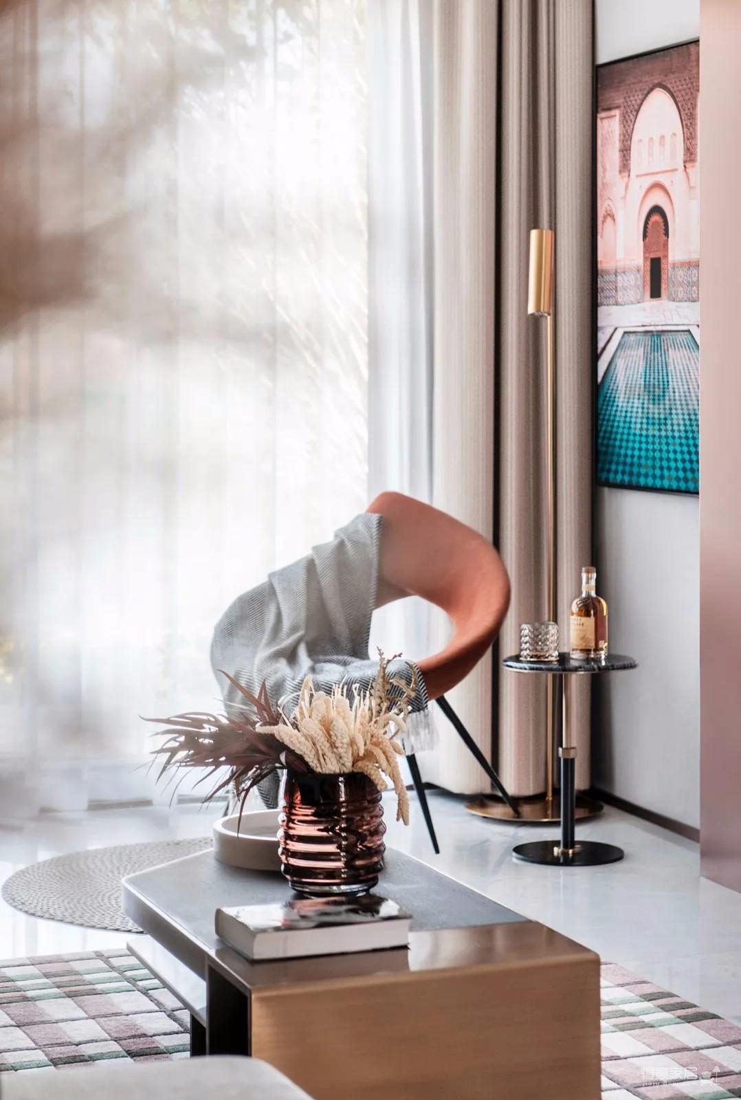 装修选择了当下流行的现代轻奢风格,时尚精致感跃然纸上,丰富的色彩,活跃的氛围,温馨的效果,打造出了一个极具浪漫气息的样板间,实在惊艳。