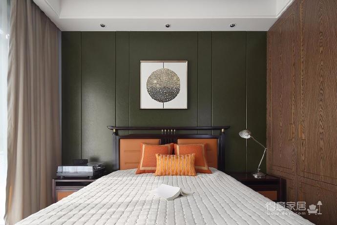 整体的中式风格家具配上橘黄色的靠垫点缀,在整体的中规中矩上又有一些跳跃,稳重而不死板,活泼又不跳脱