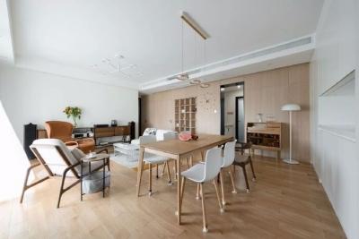 120m²日式风格的家,设计师结合户型特点和业主需求,通过简练的设计手法,将空间区域进行划分的同时又增加了空间之间的互动性,加上小软装的灵活运用,使空间变得格外灵动