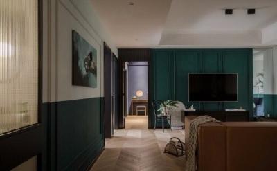 这是一个四居室的家。男女主是一对90后的小 夫妻,设计师植入了他们喜欢的墨绿色元素来打造既复古又富有生活气息的空间氛围