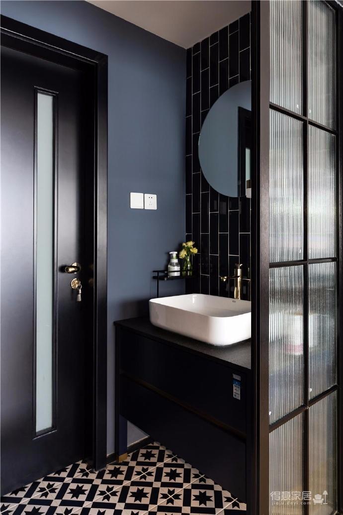 """设计师在设计上选择了低调的莫兰迪色系加哑光黑,软装上以黑胡桃等深色家具的组合去中和墙面的温度。这也符合屋主夫妇""""家里是现代、前卫、自然的状态""""的向往图_12"""