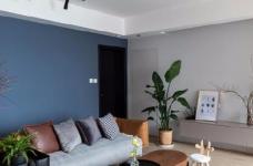"""设计师在设计上选择了低调的莫兰迪色系加哑光黑,软装上以黑胡桃等深色家具的组合去中和墙面的温度。这也符合屋主夫妇""""家里是现代、前卫、自然的状态""""的向往图_3"""