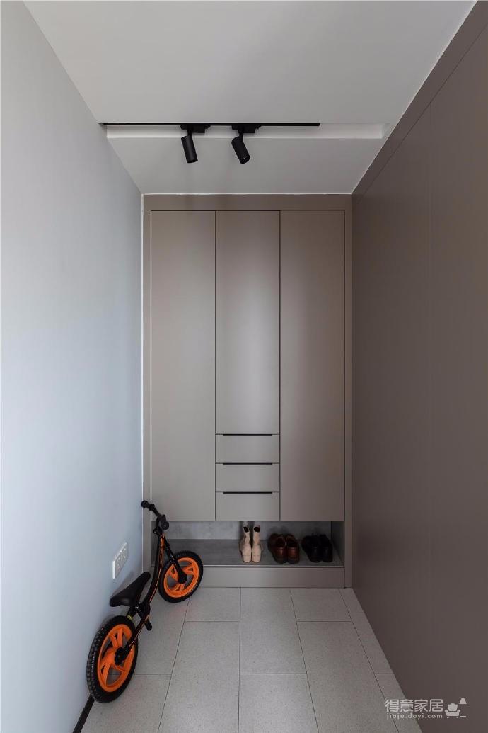 """设计师在设计上选择了低调的莫兰迪色系加哑光黑,软装上以黑胡桃等深色家具的组合去中和墙面的温度。这也符合屋主夫妇""""家里是现代、前卫、自然的状态""""的向往图_5"""