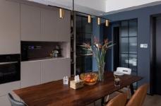 """设计师在设计上选择了低调的莫兰迪色系加哑光黑,软装上以黑胡桃等深色家具的组合去中和墙面的温度。这也符合屋主夫妇""""家里是现代、前卫、自然的状态""""的向往图_2"""
