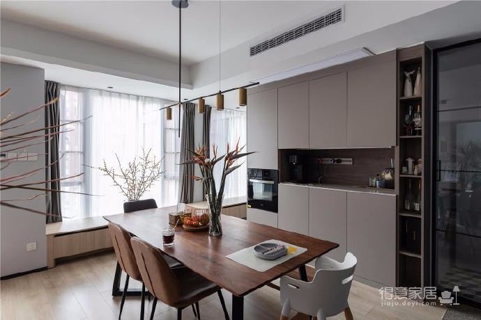 """设计师在设计上选择了低调的莫兰迪色系加哑光黑,软装上以黑胡桃等深色家具的组合去中和墙面的温度。这也符合屋主夫妇""""家里是现代、前卫、自然的状态""""的向往"""