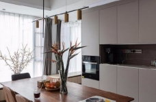 """设计师在设计上选择了低调的莫兰迪色系加哑光黑,软装上以黑胡桃等深色家具的组合去中和墙面的温度。这也符合屋主夫妇""""家里是现代、前卫、自然的状态""""的向往图_9"""