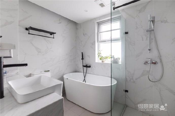 """设计师在设计上选择了低调的莫兰迪色系加哑光黑,软装上以黑胡桃等深色家具的组合去中和墙面的温度。这也符合屋主夫妇""""家里是现代、前卫、自然的状态""""的向往图_11"""