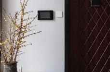 """设计师在设计上选择了低调的莫兰迪色系加哑光黑,软装上以黑胡桃等深色家具的组合去中和墙面的温度。这也符合屋主夫妇""""家里是现代、前卫、自然的状态""""的向往图_4"""