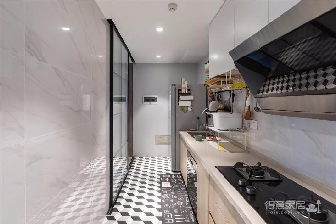 """设计师在设计上选择了低调的莫兰迪色系加哑光黑,软装上以黑胡桃等深色家具的组合去中和墙面的温度。这也符合屋主夫妇""""家里是现代、前卫、自然的状态""""的向往图_10"""