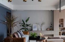 """设计师在设计上选择了低调的莫兰迪色系加哑光黑,软装上以黑胡桃等深色家具的组合去中和墙面的温度。这也符合屋主夫妇""""家里是现代、前卫、自然的状态""""的向往图_1"""
