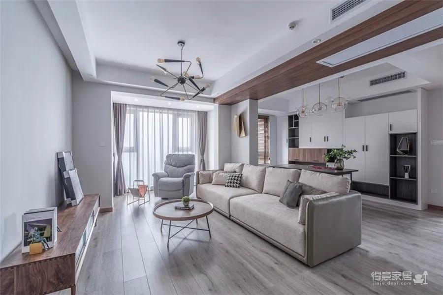 128三居室将次卧与原客厅合并,整个客厅十分大气通透!